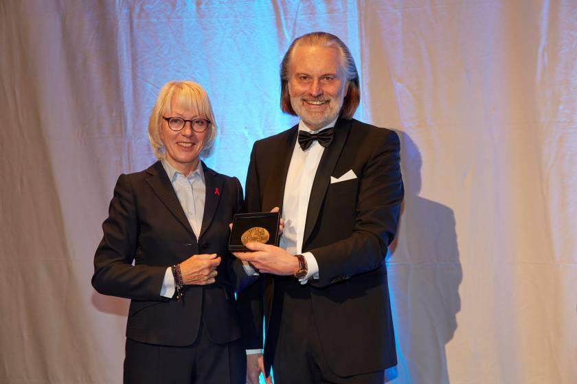 Übergabe der Medaille von Frau Stellv. Bürgermeisterin Elfi Scho-Antwerpes an den Vorsitzenden Dr. Joachim A. Groth